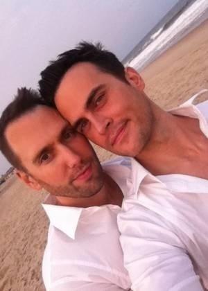 """O ator Cheyenne Jackson, que já trabalhou nas séries """"Glee"""" e """"30 Rock"""", se casou com seu parceiro Monte Lapka, nos Hamptons, Estados Unidos. """"É oficial, após 11 anos juntos, Zora já não é bastarda"""", escreveu Jackson no Twitter, fazendo referência à cachorra do casal. """"Me casei com o melhor homem que conheci"""". Cheyenne Jackson também publicou no Twitter uma foto do casal durante o casamento na praia (5/9/11)"""