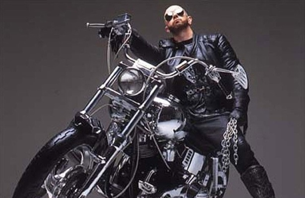 Rob Halford, vocalista da banda de heavy metal Judas Priest, assumiu ser homossexual em 1998