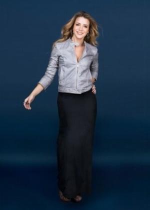 """A bela atriz Christine Fernandes, de 44 anos, posa em um estilo clássico para a revista """"Be Fashion"""""""