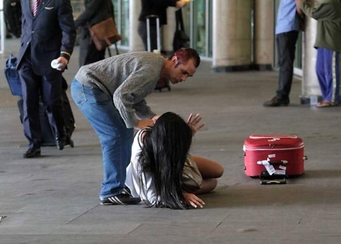 Lorena Bueri, a Gata do Paulistão 2012, não deu sorte enquanto andava pelo aeroporto de Congonhas, em São Paulo. Usando um vestido branco justíssimo, a moça levou um baita tombo, tendo que receber ajuda para levantar.