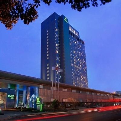 Imagem mostra a fachada do luxuoso hotel em Xangai, na China, onde está instalada uma piscina com fundo de vidro no 24º andar do prédio.
