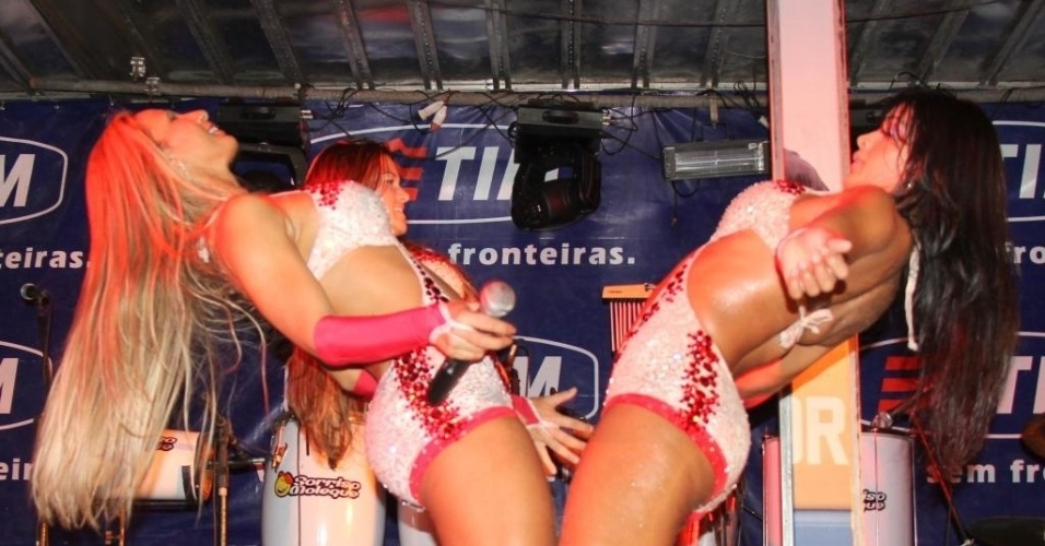 Valesca Popozuda e dançarinas se apresentam em um evento para universitários em Salinas, no Pará. Valesca dançou na boquinha da garrafa e tirou fotos com o público (20/5/12)