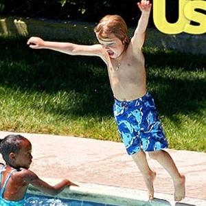 A filha dos atores Brad Pitt e Angelina Jolie, Shiloh, 4, foi flagrada usando uma bermuda masculina em uma piscina na Califórnia, nos Estados Unidos (6/8/10)