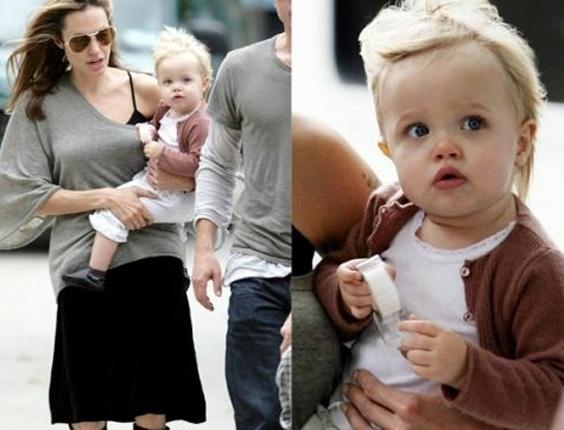 """Angelina Jolie carrega Shiloh, com um ano e quatro meses, enquanto caminha pelas ruas de Nova York ao lado do companheiro Brad Pitt. As duas foram visitar o ator no set de """"Queime Depois de Ler"""" (1/10/07)"""