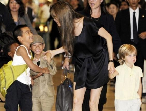 Angelina Jolie desembarca com os filhos Maddox, Zahara, Pax e Shiloh no Japão (26/7/10)