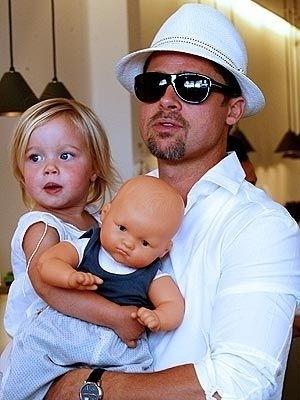 Angelina Jolie recebe a visita do companheiro Brad Pitt e das duas filhas Zahara e Shiloh, com pouco mais de dois anos, no hospital Lenval, em Nice, onde estava internada para o parto dos gêmeos (2/7/08)