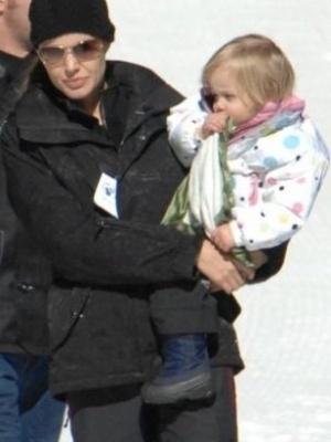 Brad Pitt e Angelina Jolie levam os filhos para se divertir em uma estação de esqui. Este foi o primeiro contato da pequena Shiloh, de um ano e oito meses, com a neve e também o primeiro registro de seus passos (16/2/08)