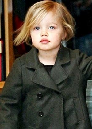 Com pose de mocinha, Shiloh Nouvel, aos dois anos e oito meses, faz compras com a mamãe Angelina em Nova York (18/2/09)