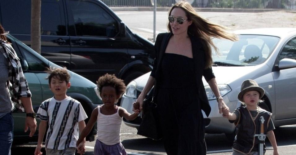 Da esq. para a dir.: Pax, Zahara, Angelina Jolie e Shiloh no estacionamento de uma loja de brinquedos em Toulon, na França (23/9/09)