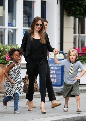 Jolie vai às compras com Zahara (esquerda) e Shiloh em Londres (5/9/11)