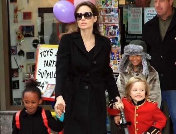Shiloh vai vestida de soldado a um passeio em Manhattan, na companhia da mãe, Angelina Jolie e de seus irmãos (8/12/10)