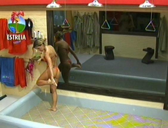 Robertha Portella toma banho no primeiro dia de confinamento (29/5/12).