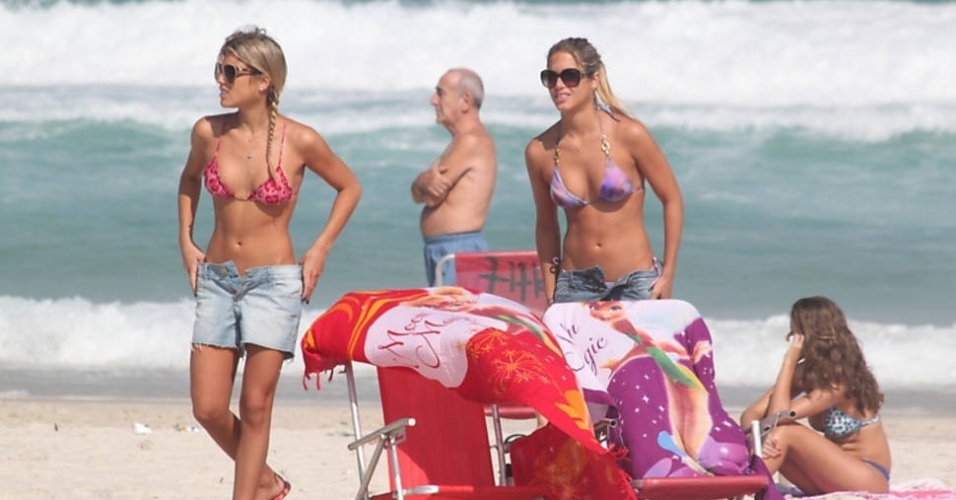 As g&#234;meas do nado sincronizado, Bia e Branca Feres, foram &#224; praia da Barra da Tijuca, no Rio, neste s&#225;bado (2/6/12)