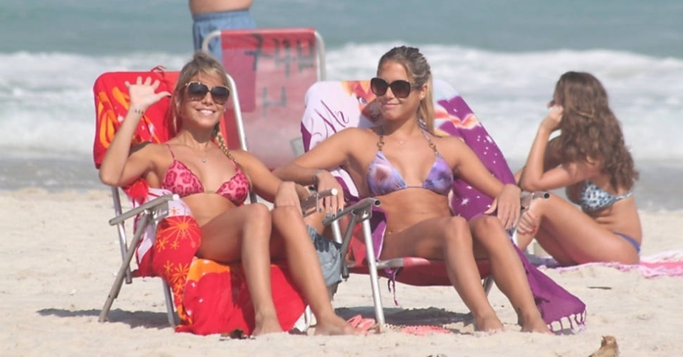 As gmeas do nado sincronizado, Bia e Branca Feres, foram  praia da Barra da Tijuca, no Rio, neste sbado (2/6/12)