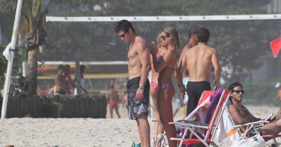 As gmeas do nado sincronizado, Bia e Branca Feres, foram  praia da Barra da Tijuca, no Rio, neste sbado (2/6/12). As belas estavam acompanhadas pelos namorados
