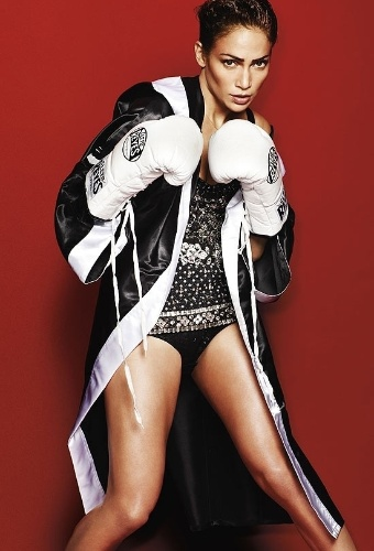 Vestida de lutadora de boxe, a cantora Jennifer Lopez &#233; capa de junho da revista masculina &#34;GQ&#34;. Em entrevista para a publica&#231;&#227;o, J-Lo comentou sobre ter sido escolhida a celebridade mais poderosa do mundo na lista da revista &#34;Forbes&#34;.&#34;Quando vi eu disse: UAU! Verdade? Mas logo parei para ponderar. Voc&#234; tem que festejar e esquecer, n&#227;o ficar se achando. &#201; apenas bacana&#34;, conta a cantora