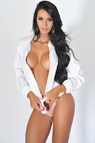 """A gata do Paulistão Lorena Bueri deu uma alegria aos marmanjos com uma foto da prévia do ensaio sensual que está por vir na """"Sexy"""" do mês de julho. A morena divulgou no Facebook imagens em que aparece somente com uma pequena calcinha e uma camisa branca (9/6/12)"""