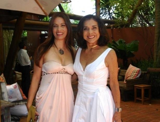 Ao lado de Betty Faria, Isadora Ribeiro posa para fotografia. As duas trabalharam na novela 'Uma Rosa com Amor', no SBT (2010)