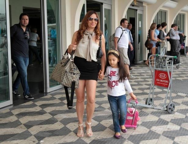 Isadora desembarca com a filha Valentine no aeroporto de Congonhas, em São Paulo (SP) (11/2/12)