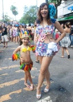 Isadora Ribeiro com a filha, Valentine, participa do Carnaval 2011