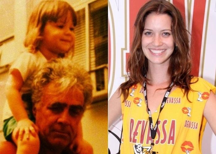 """Nathalia Dill, a Débora de """"Avenida Brasil"""", publicou em sua página do Instagram uma foto de quando era criança (10/6/12). Na imagem, ela aparece nos ombros de seu avô. Muito fofa, não?"""