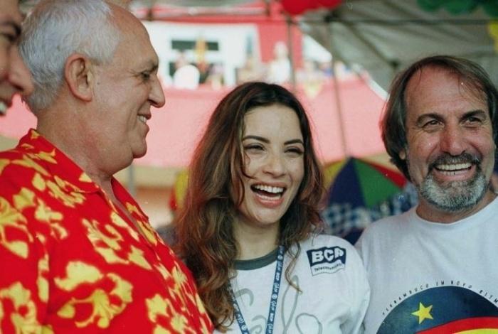 No Carnaval em Recife, 2002, Isadora Ribeiro posou ao lado do então governador de Pernambuco, Jarbas Vasconcelos (à esq.), no camarote do Galo da Madrugada, em Recife (PE)