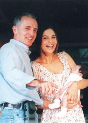 O diretor Jorge Solari e a atriz Isadora Ribeiro, com a filha Maria Antonia, durante gravação de vinhetas da Rede Globo (1998)