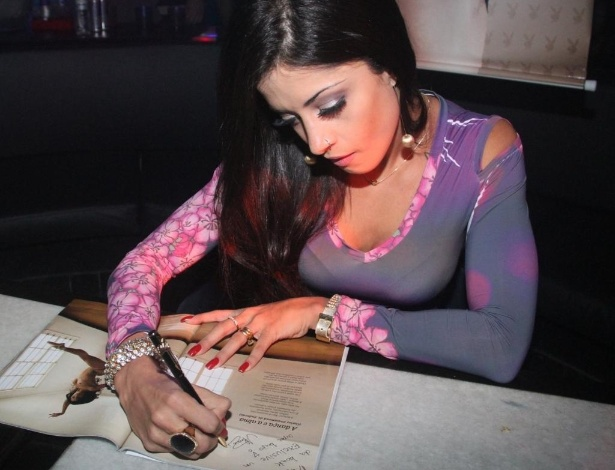 Aline Riscado autografa edi&#231;&#227;o de junho da &#39;Playboy&#39; em festa no Rio de Janeiro (10/6/12)