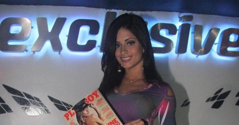 Aline Riscado posa para fotos em noite de autógrafos da revista 'Playboy' (10/6/12). A dançarina ilustrou a capa da edição de junho