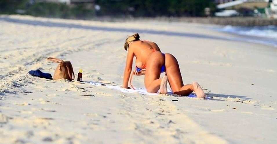 """Ex-dançarina de Latino, a modelo Andressa Urach curtiu praia do Pepê, no Rio de Janeiro, nesta segunda-feira (13/6/12). Enquanto soltava o biquíni para tomar sol, a gata se descuidou e foi fotografada """"pagando peitinho"""""""