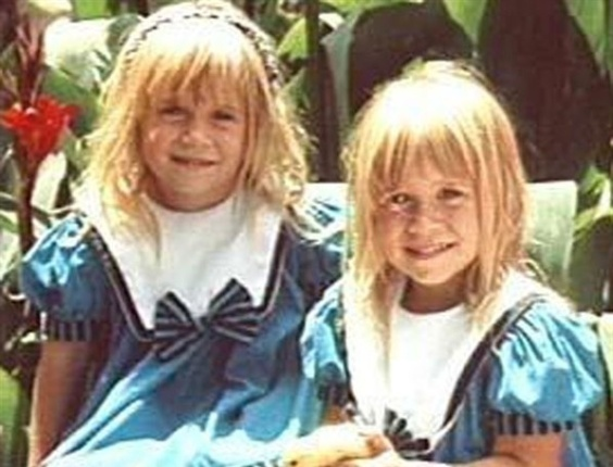 """No início de """"Três é Demais"""" os produtores não queriam divulgar que o papel era feito por gêmeas, então creditavam o nome a Mary-Kate Ashley Olsen (1989)"""
