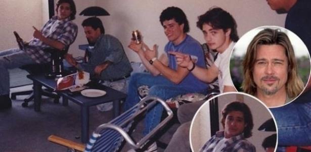 """O """"Celebuzz"""" publicou uma foto que mostra Brad Pitt (a), com 27 anos, bebendo cerveja e assistindo ao campeonato de futebol americano no apartamento do ator Jason Priestly (d), que na época (em 1990), fazia sucesso como o Brandon da série ?Barrados no baile?. No período dessa imagem, Brad ainda era um ator iniciante e nem sonhava que se tornaria um dos maiores astros de Hollywood"""