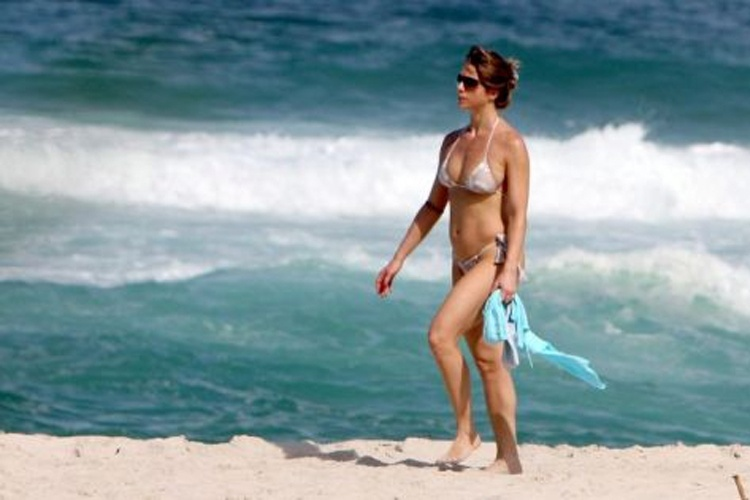 Let&#237;cia Spiller exibe sua boa forma durante uma tarde de sol na praia da Barra da Tijuca (23/5/10). Na &#233;poca, a musa estava prestes a completar 37 anos 