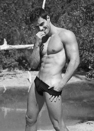 Mister Brasil Lucas Malvacini fez um ensaio ousado em Miami, nos Estados Unidos. O modelo exibiu o corpo sarado e em algumas fotos posou enrolado na bandeira do Brasil, deixando a marquinha de sol à mostra (abril/2012)