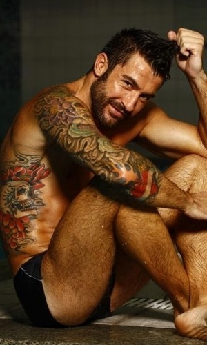 """Solteiro, o ex-BBB Cristiano Naya exibe suas tatuagens ao posar apenas de sunga para um ensaio para a revista """"Nova"""" (abril/2011)"""