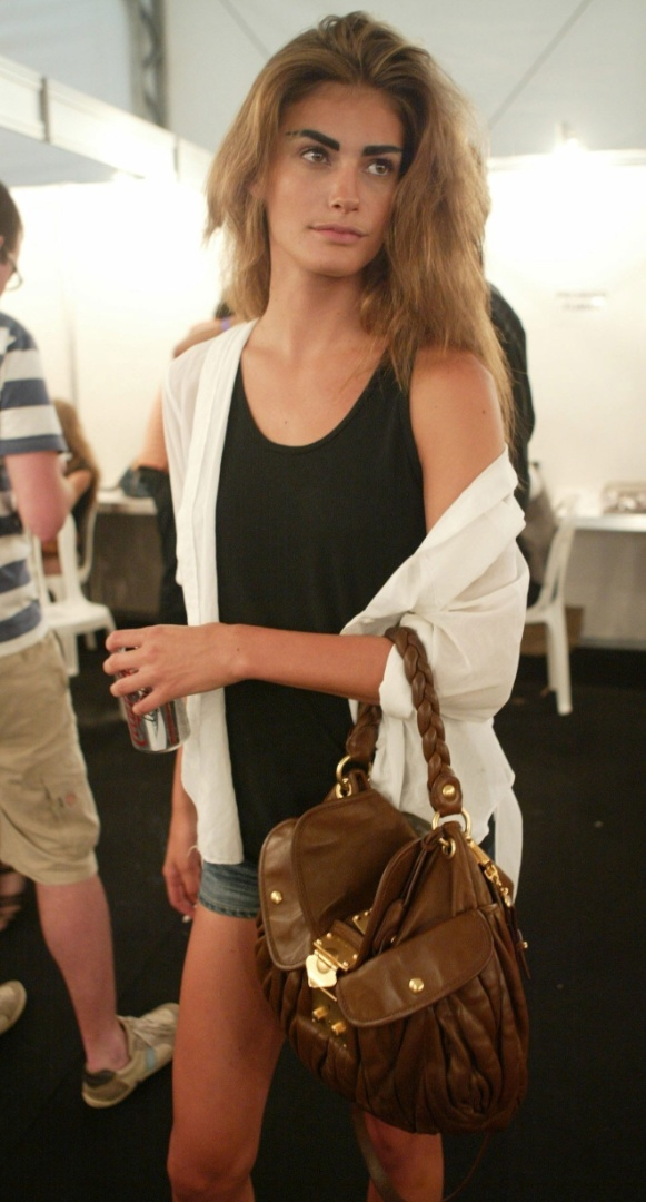 A modelo Carol Francischini se prepara para desfilar pela Mara Mac no Fashion Rio (8/1/8)