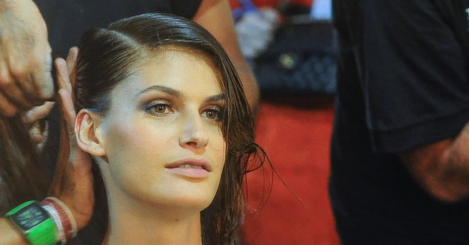 Carol Francischini backstage da marca Lenny, durante Fashion Rio (25/05/2012)