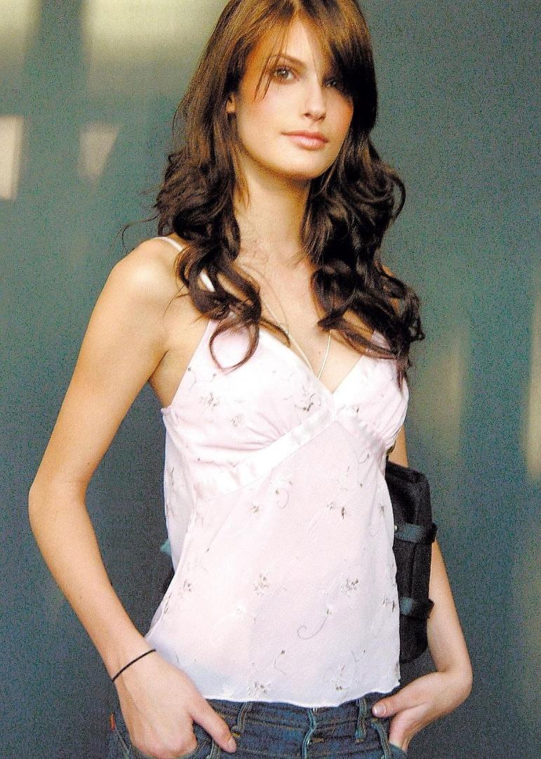 Modelo Carol Francischini posa para foto (18/6/04)