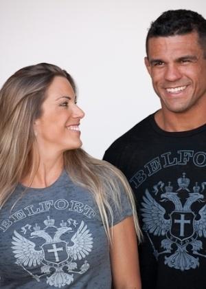 Joana e Vitor se divertem em uma sessão de fotos para o site do lutador
