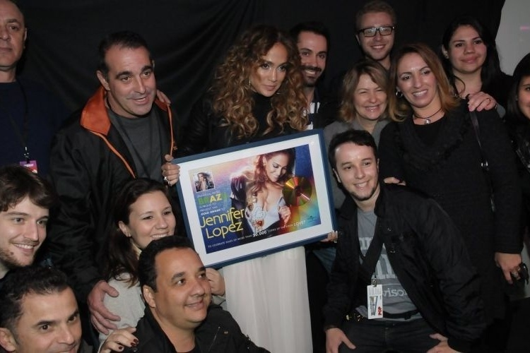 F&#227;s tietam a cantora Jennifer Lopez no camarim do Pop Music Festival (23/6/12) 