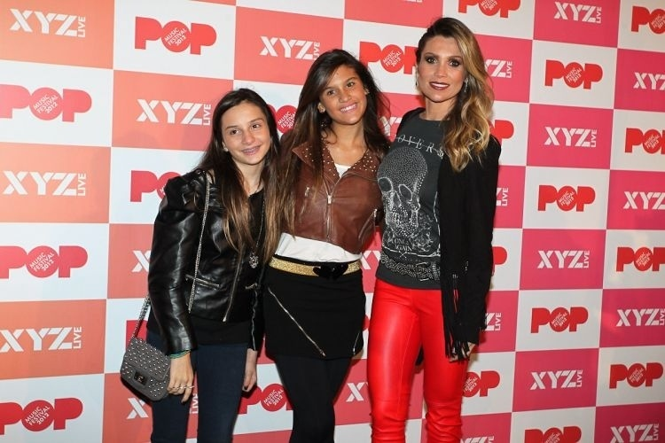 Flavia Alessandra leva a filha Giulia (centro) e uma amiga ao Pop Music Festival em S&#227;o Paulo (23/6/12) 
