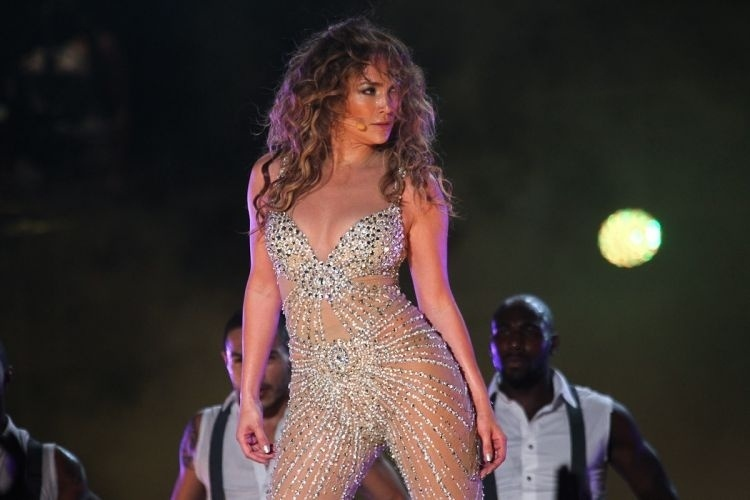 Jennifer Lopez no palco do Pop Music Festival (23/6/12) 