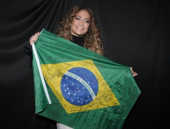 Jennifer Lopez segura a bandeira do Brasil em seu camarim, antes de entrar no palco do Pop Music Festival (23/6/12). A cantora &#233; a atra&#231;&#227;o principal do festival, que acontece na Arena Anhembi, em SP