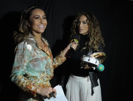 Sabrina Sato entrevista Jennifer Lopez no camarim da cantora no Pop Music Festival (23/6/12) 