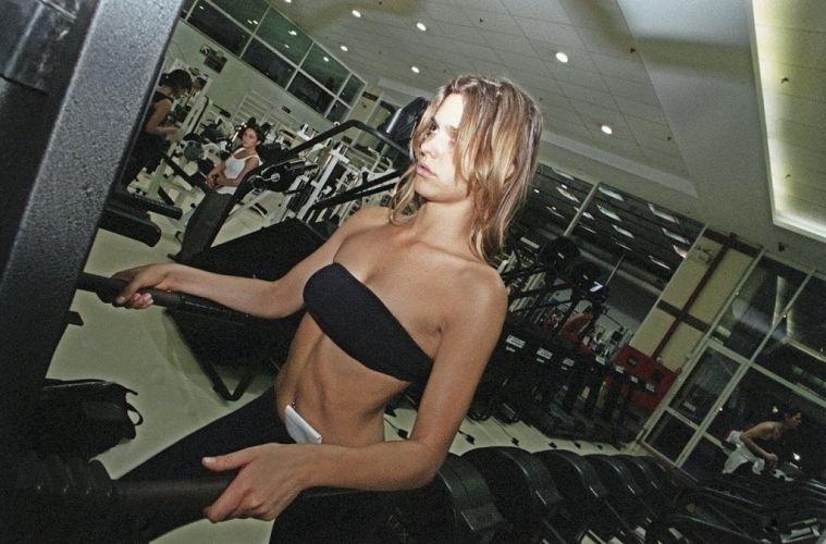 A apresentadora de televisão Fernanda Lima, então com 23 anos, mostra como fazia para manter o corpo de modelo, com treino diário de musculação e sem usar suplementos alimentares para acelerar os resultados da malhação (20/9/00)