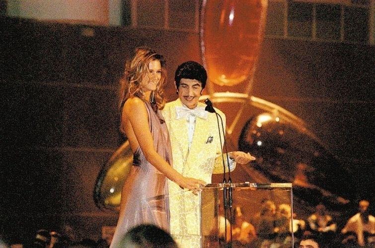 A apresentadora Fernanda Lima e Jorge Loredo, como Zé Bonitinho, durante apresentação na MTV (10/8/00)