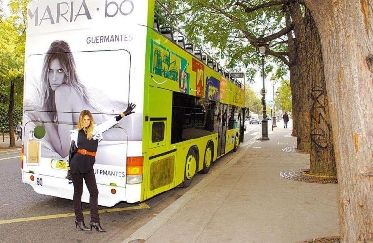"""A atriz Fernanda Lima posa junto de ônibus que circula pelas ruas de Paris com uma fictícia campanha de perfume que leva o nome da personagem da novela """"Pé na Jaca"""", da Rede Globo (2006)"""