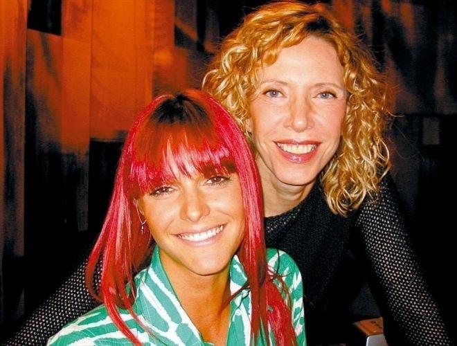 """A ex-MTV Fernanda Lima posa com a apresentadora Marília Gabriela em gravação do programa """"De Frente com Gabi"""", do SBT (25/3/04)"""