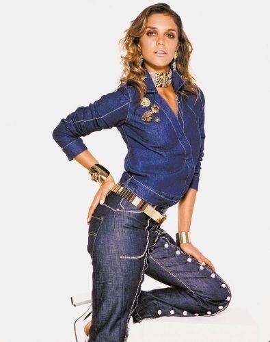 A modelo e apresentadora da MTV Fernanda Lima mostra a moda jeans para o inverno 2001, com calça customizada Sommer e jaquetinha Zapping (30/1/01)