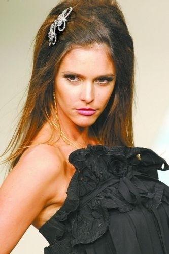 A modelo Fernanda Lima desfila para Juliana Jabour, no Fashion Rio 2008, no Rio de Janeiro